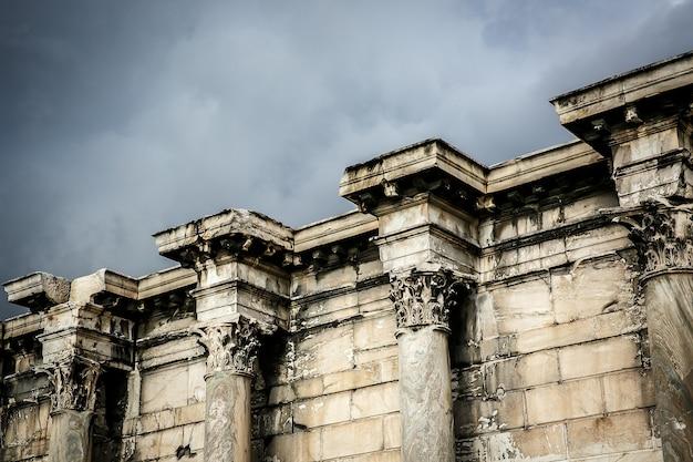 Pilares griegos bajo akropolis, atenas. de cerca