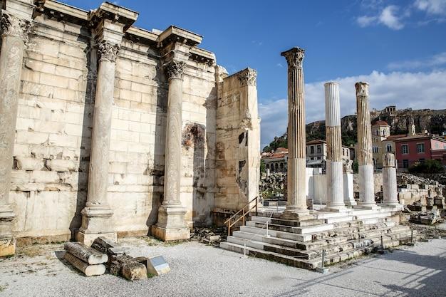 Pilares griegos bajo akropolis, atenas.