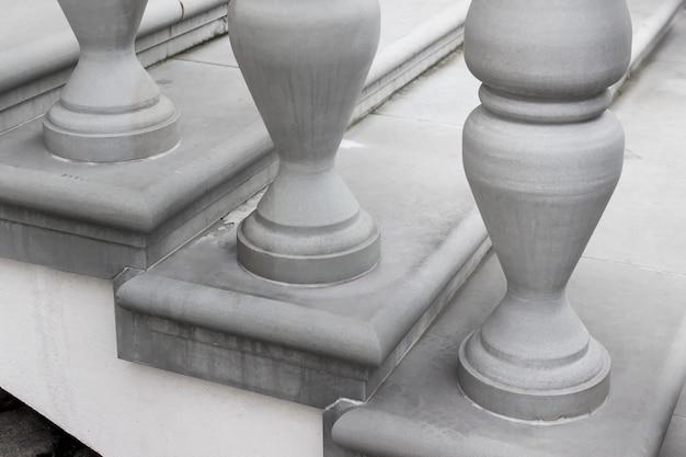 Pilares de hormigón columnas que decoran escaleras de edificios históricos