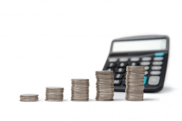 Pilas y calculadora de la moneda en blanco.