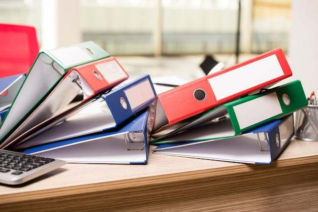 Pilas de carpetas de oficina en el escritorio