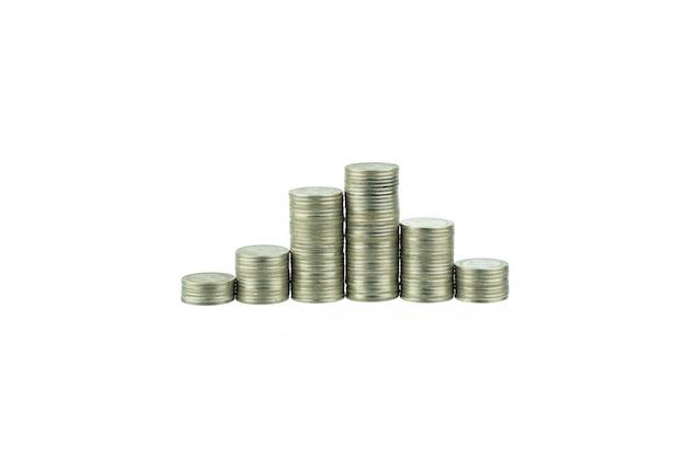 Pilas de monedas aisladas en blanco