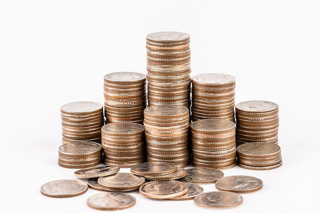 Pilas de monedas aisladas sobre fondo blanco. ahorro, concepto de dinero de inversión. pila de monedas
