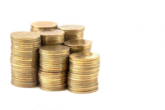 Las pilas de monedas en un blanco.