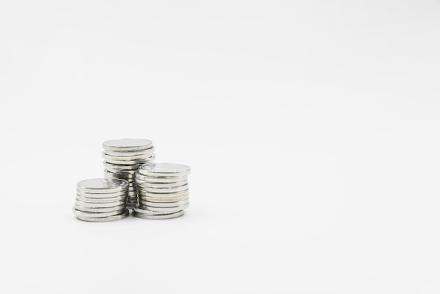 Pilas de monedas de metal brillante