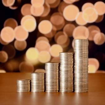 Pilas de monedas de oro dispuestas como un gráfico. columnas crecientes de monedas
