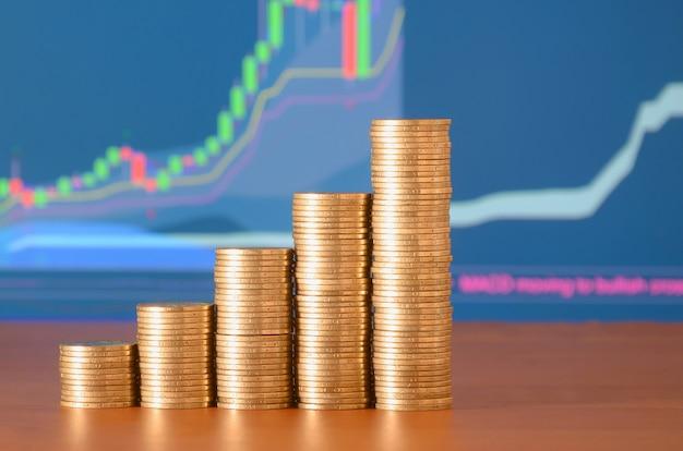 Pilas de monedas de oro dispuestas como un gráfico.