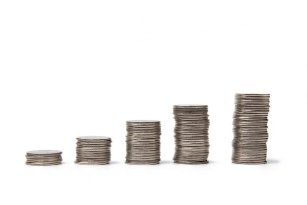 Pilas de monedas sobre un fondo blanco. aislado