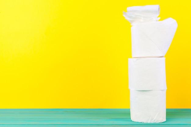 Pilas de papel higiénico en amarillo brillante