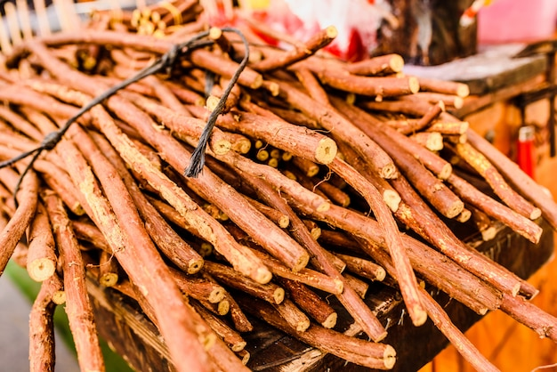 Pilas de ramas de regaliz secas para la venta.
