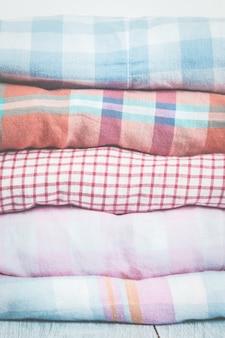 Pilas de ropa multicolor sobre fondo blanco. concepto de primavera