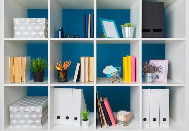 Pilas de suministros y papeleo en la oficina y estanterías