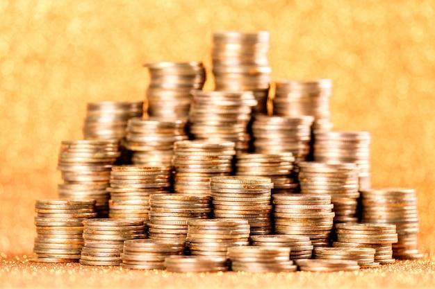 Pilas de viejas monedas de oro