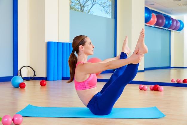 Pilates mujer abierta pierna rocker ejercicio entrenamiento