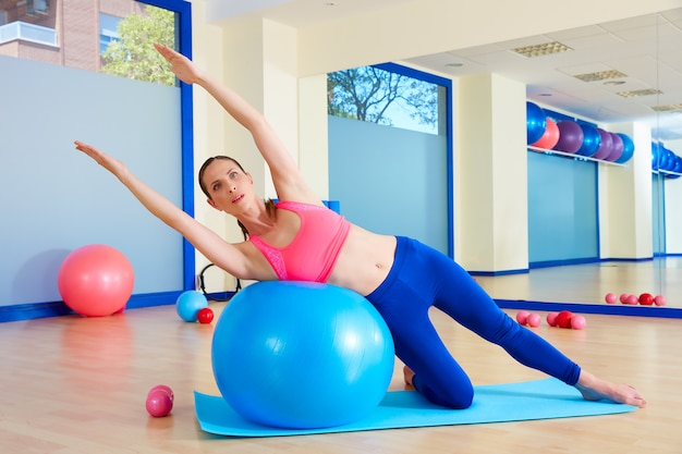 Pilates, mujer, curva lateral, ejercicio fitball