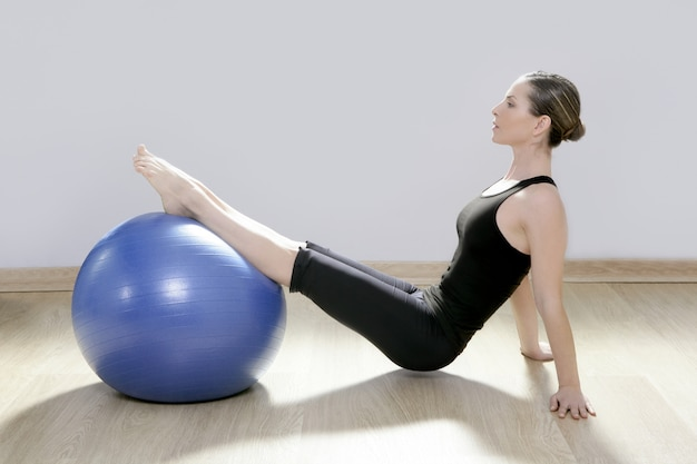 Pilates mujer estabilidad pelota gimnasio fitness yoga