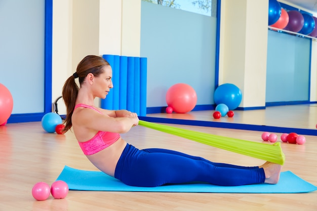 Pilates mujer remo ejercicio de goma