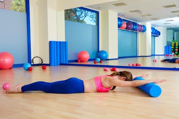 Pilates mujer rodillo cisne rollo ejercicio entrenamiento