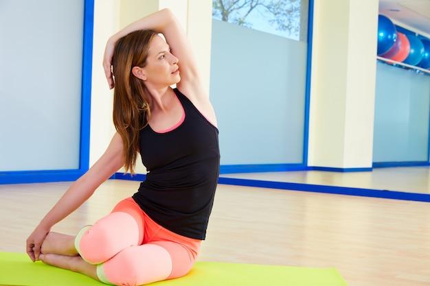 Pilates mujer sirena ejercicio entrenamiento en el gimnasio
