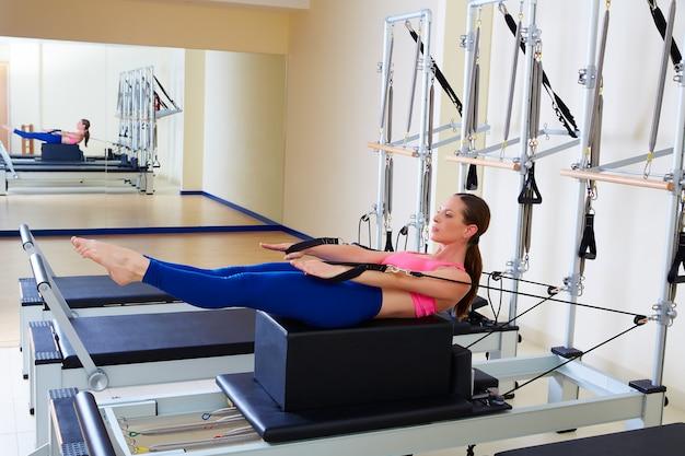Pilates reformer mujer espalda movimiento ejercicio