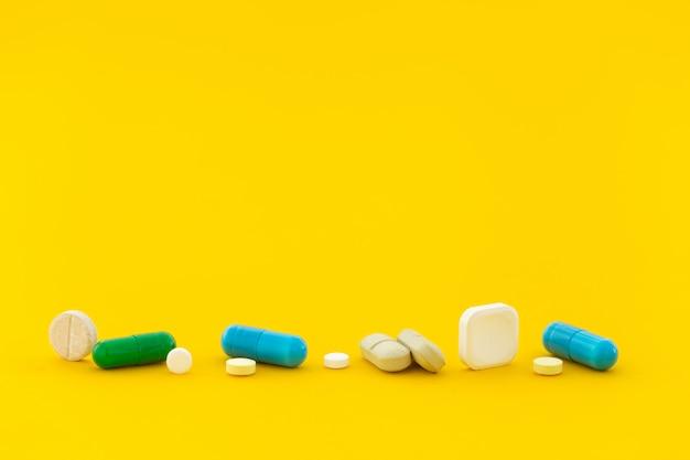 Píldora de vitamina en amarillo cerca