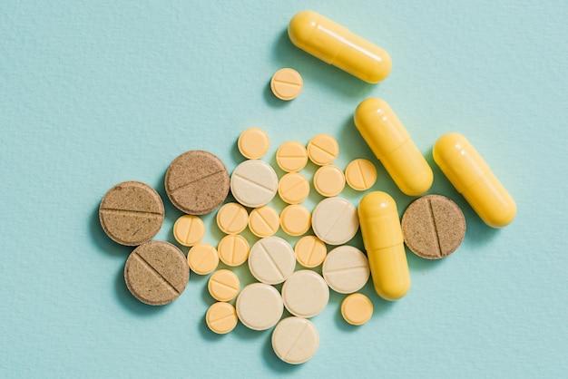Píldoras y cápsulas amarillas.