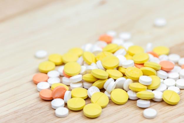 Píldoras y drogas coloridas en cierre para arriba. surtido de pastillas y medicamentos en medicina.