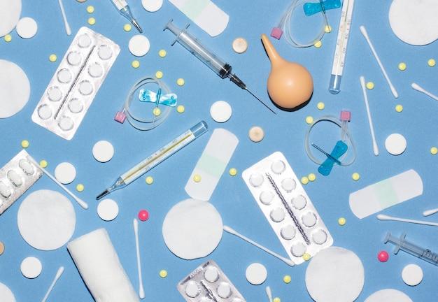 Píldoras, jeringa, cápsula, medicina. tratamiento médico para la enfermedad del virus de la gripe