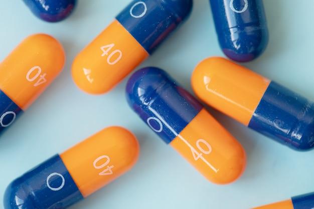Píldoras médicas en azul