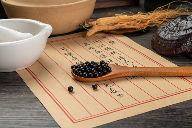 Píldoras de medicina tradicional china y libros de medicina
