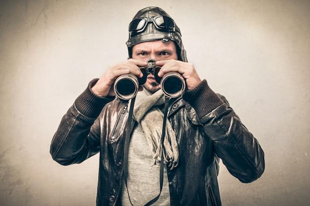 Piloto aventurero con binoculares