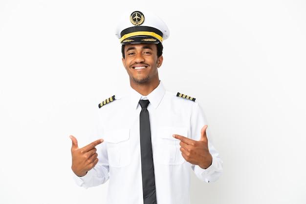 Piloto de avión afroamericano sobre fondo blanco aislado orgulloso y satisfecho de sí mismo