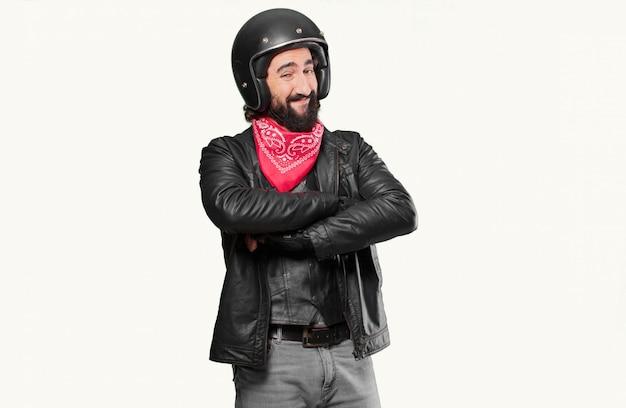 Piloto de moto orgulloso y satisfecho.