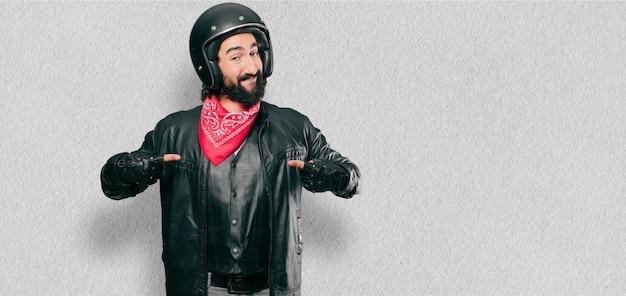 Piloto de moto señalando signo