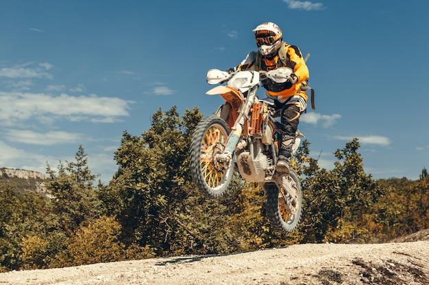 Piloto de motocross en el aire
