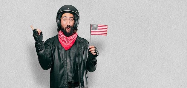 Piloto de motos con bandera de estados unidos.