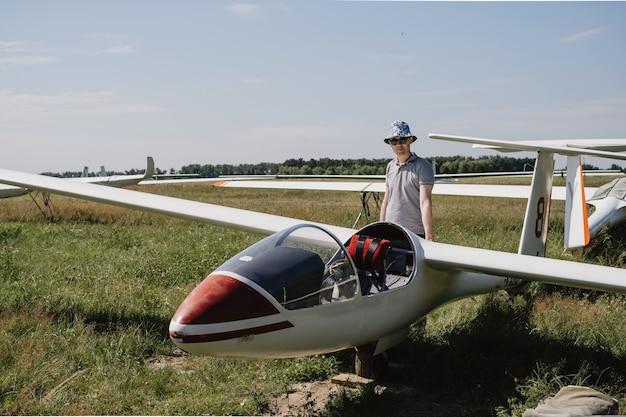 Piloto de planeador cerca del avión en el deporte extremo del club alza