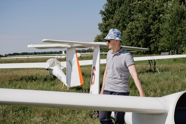 Piloto de planeador preparándose para el vuelo en pequeños aviones sin motor