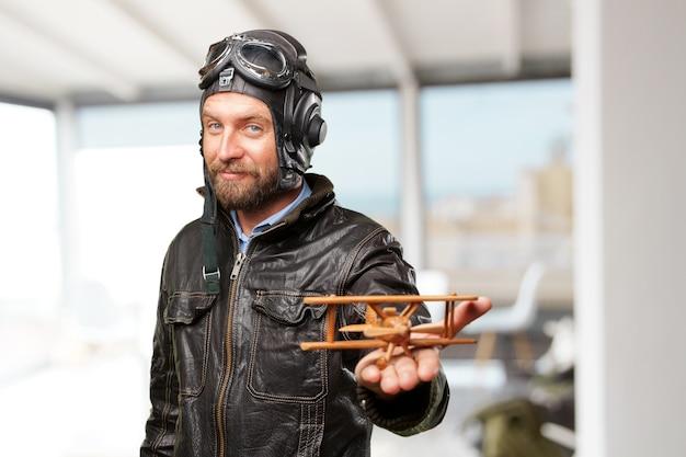 Piloto rubia feliz expresión