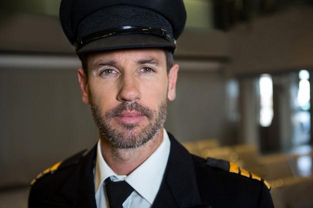 Piloto en la terminal del aeropuerto