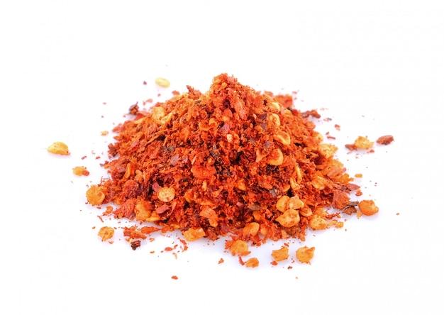 Pimentón de ají rojo molido aislado en el espacio en blanco