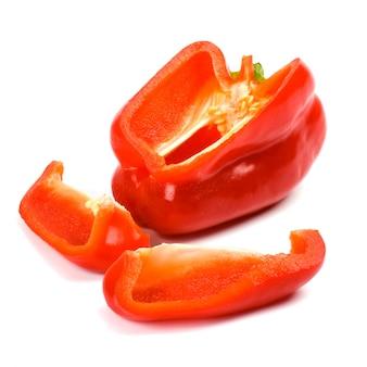 Pimentón rojo sobre fondo blanco