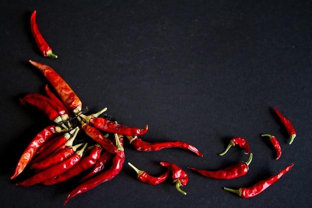 Pimienta de chile rojo en un fondo negro