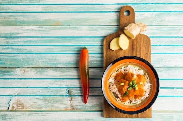 Pimienta y jengibre cerca de curry