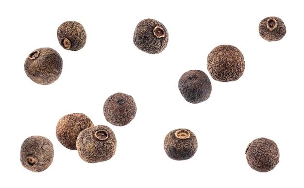 Pimienta negra. pimienta de jamaica aislada en el fondo blanco