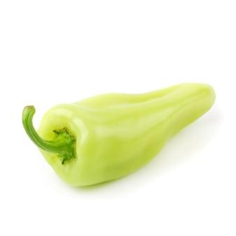 Pimientas de chile verde aisladas en el fondo blanco.