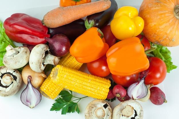 Pimiento dulce, berenjena, tomate y maíz.aislado en una mesa blanca