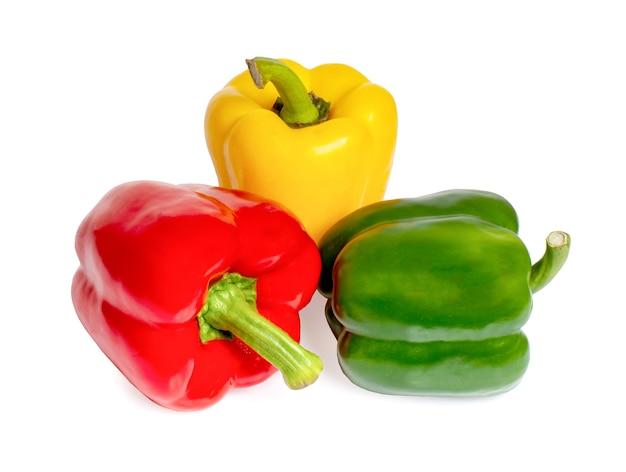 Pimiento dulce, pimentón rojo, verde, amarillo, aislado en blanco