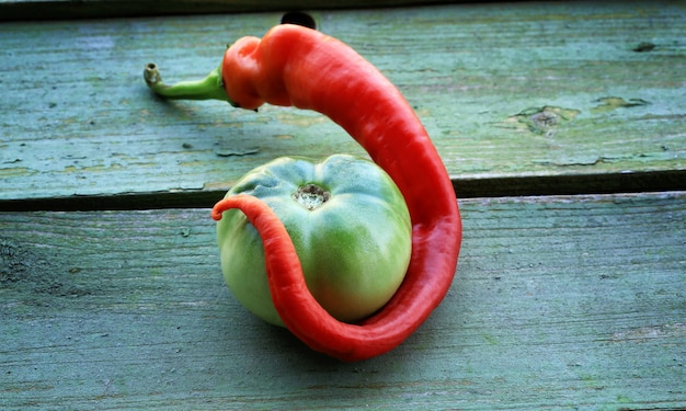 Pimiento picante tomate verde en madera vieja