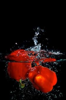 Pimiento rojo en agua